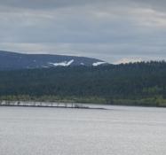 Der begynder at dukke rester af naturlig sne op i det fjerne/Remains of natural snow begin to show