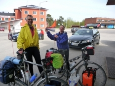 Hollandske langturscyklister ved supermarkedet i Inari/Dutch long travelling cyclists in Inari