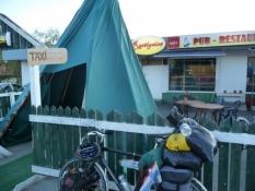 Indgang til pubben Rastigaisa igennem et sametelt!/Access to pub Rastigaisa by way of a Sami tent!