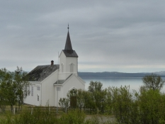 Smukt beliggende trækirke ved fjorden/Beautifully situated wooden church at the fiord