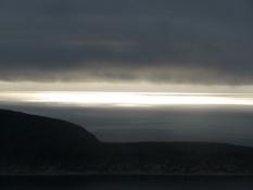 Solen kommer igennem et hul i skydækket/The sun shines through a hole in the clouds