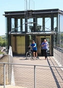 Per Aufzug hoch nach Château de Chinon