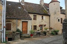 Buxy, Häuser an der Kirche