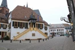 Deidesheim, Rathaus, im Hintergrund der Deidesheimer Hof