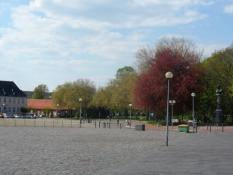 Pladsen er kranset af træer og smukke bygninger/The square is lined by trees and beautiful buildings