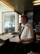 Kaptajnen kundgør, at et nyt skib er på vej ud/The captain announces another ship going out