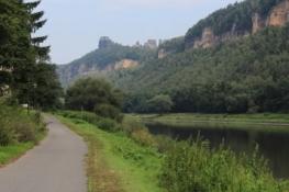 Erste Sandsteinfelsen im Elbetal bei Ostrau