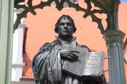 Wittenberg, Lutherdenkmal vor dem Rathaus