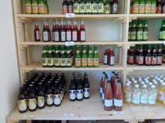 Økologiske drikkevarer i Skovsgaards madbutik/Ecological beverages at Skovsgaardʹs food store