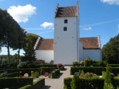 Kværrndrup kirke med nyklippede hække på kirkegården/The Kværndrup church with newly cut hedgerows