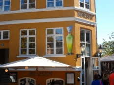 Gastropub Børsen med en ʺSvendʺ på facaden/The food pub Boersen with a ʺSvendʺ on the front