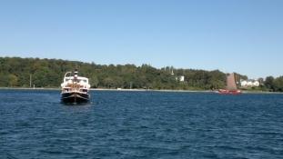 M/S Helge på vej ind til landingsbroen/M/S Helge on her way to the jetty