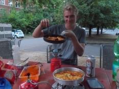 Aftensmad uden for vandrerhjemmet/Cooking dinner outside the youth hostel