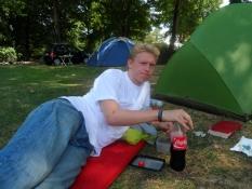 Simon nyder en velfortjent cola mens han læser/Simonʹs enjoying a well deserved cola while reading