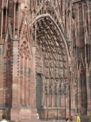 Domkirkens hovedportal i lyserøde sandsten/The main portal of the cathedral in pink sandstone