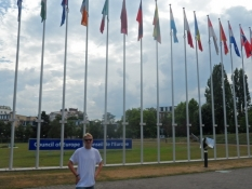 Simon foran rækken af Europarådets flag/Simon in front of the flags of the European Council