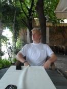 Simon slapper af og venter på sin drink/Simon relaxing while waiting for his drink