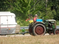 Bedstemor på traktor med campingvogn på slæb/Granny on a tractor with a caravan on the hook
