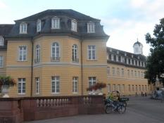 Slottet i Karlsruhe er centrum i en ægte barokby/The palace is the centre of a genuine baroque city