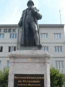 Johann Gutenberg, bogtrykkerkunstens opfinder på torvet i Mainz/Gutenberg, inventor of book printing
