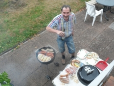 Volker har styr på grillen udenfor/Volkerʹs controlling the barbecue on the patio