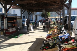Sonntagsmarkt in Baignes