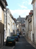 Chauvigny, Gasse der Unterstadt mit Château Baronnial