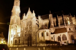 Kathedrale in Senlis am Abend