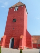 Vålse kirke rødmer i solen/The church of Vaalse has turned red in the sun