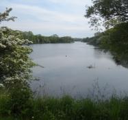 På den anden side af dæmningen ligger Mjels sø/On the other side of the dam Mjels lake is seen