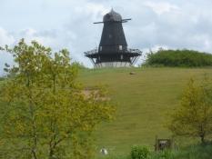 Trente vindmølle på bakketoppen har mistet sine vinger/Trente wind mill has lost its wings