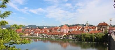 Panorama der Altstadt von Maribor vom südlichen Drauufer