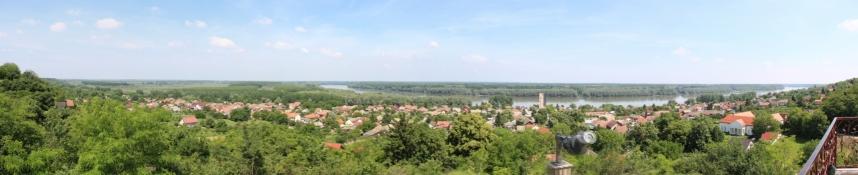 Blick vom Kalvarienberg auf Aljmaš und die Donau, dahinter Serbien