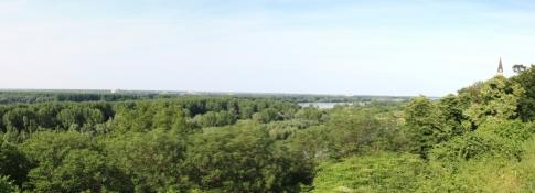 Blick vom Burgberg von Ilok über die Donau nach Serbien