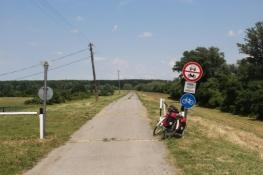 Beginn des Radweges auf dem Theiß-Deich