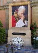 Johannes Paul II an der Kirche in Niepołomice