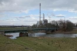 Lippe-Aue in Lippramsorf, im Hintergrund das Kraftwerk Chemische Werke Hüls