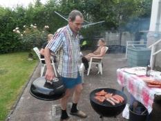 Volker er en stor grillmester/Volker is the chef at the barbecue