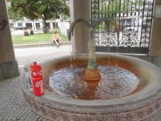 I cykelflaskerne er der meget varmt vand fra kilden/In our bidons is hot water from the spring