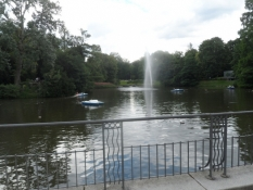 Et kig ind i kurparken bag huset/A glance into the spa park behind the house