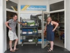 Vore værter foran deres dagligvarebutik/Our hosts in front of their grocery shop