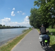 Simon og jeg har ʺfundetʺ cykelstien langs Rhinen/Simon and I have ʺfoundʺ the path along the Rhine