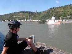 Simon kigger ud på borgen Pfalzgrafenstein/Simon enjoys the view towards a castle in the river