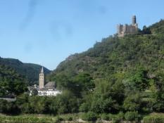 Mange borge præger bjergene langs floden/The hills along the river are often crested by castles