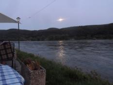 Aftenhygge med en øl ved floden/Evening atmosphere with a beer at the riverside