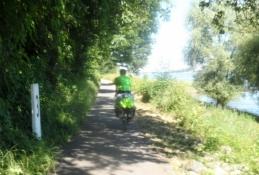 Simon giver den gas på cykelstien/Simon speeding along on the bike path