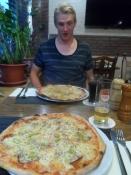 Simon klar til at gå om bord i sin pizza/Simonʹs ready to tuck into his pizza