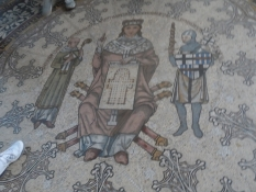 Gulvet med kejseren, der ʺbestilteʺ domkirken/The floor with the Emperor, who ʺorderedʺ the church