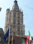 Kölns rådhustårn har mange små statuer og et flot klokkespil/The city hall tower with many statues