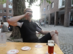 Vi nyder en fortjent altbier i den gamle bydel/We enjoy a well earned altbier in the old city
